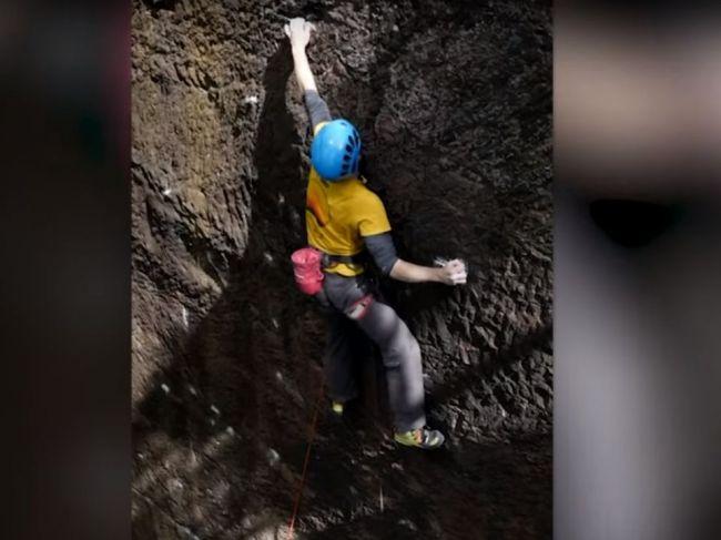 Video: Horolezec sa neudržal na skalnej stene. Dramatický pád zachytila kamera