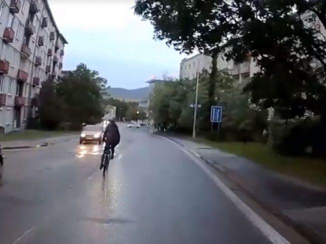 Video: Nezodpovedná cyklistka v Nitre takmer skončila pod kolesami auta