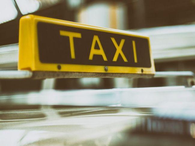 Počas policajnej kontroly prišli dvaja taxikári o vodičský preukaz