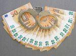 Dvoch policajtov, ktorí si vypýtali 10-tisíc eur, obvinili z prijímania úplatku