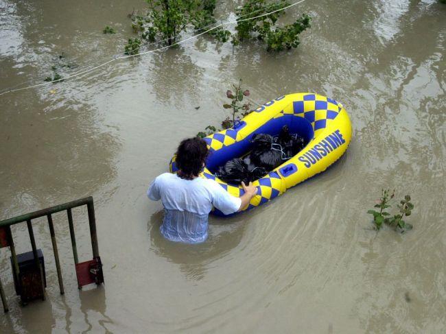 SHMÚ varuje pred povodňami z trvalého dažďa, najvyššia výstraha platí v týchto okresoch