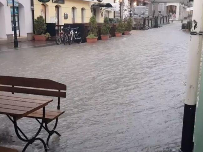 Video: Utorkové počasie sa vyzúrilo v Prešove, ulicami sa valila voda