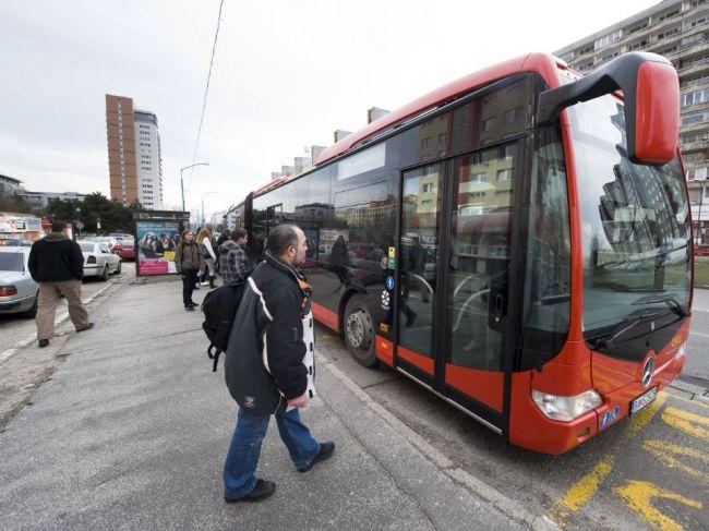 V bratislavskom autobuse napadli manželský pár, mesto chce zvýšiť bezpečnosť v MHD