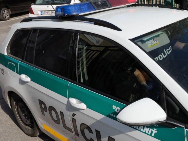 Muž napadol v dome majiteľa príborovým nožom