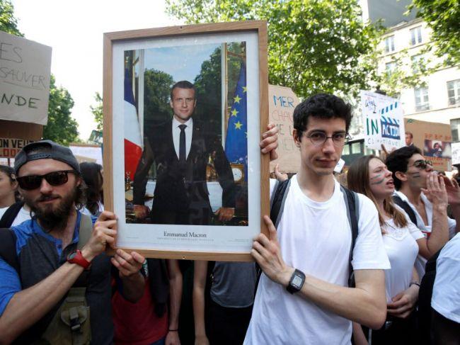 Klimatických aktivistov vo Francúzsku odsúdili za odstránenie Macronovho portrétu