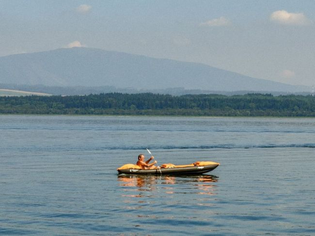 Hasiči hľadajú na Oravskej priehrade muža, ktorý sa nevynoril po skoku do vody