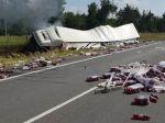 Na diaľnici vybuchol kamión, cesta je uzavretá