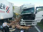 Diaľnica D2 je pred Malackami neprejazdná, zrazili sa tam dva kamióny