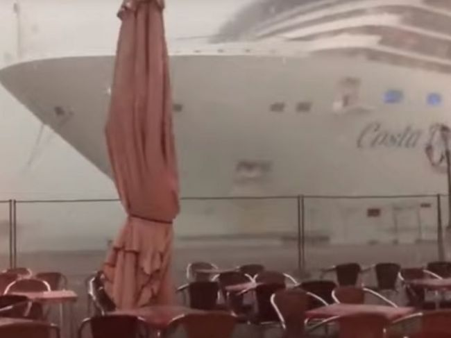 Video: Búrka v Benátkach spôsobila chaos, ľudia kričali od strachu