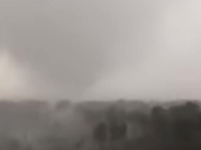 VIDEO: Búrka spustošila pláže na jadranskom pobreží, dovolenkárov zaskočilo aj tornádo