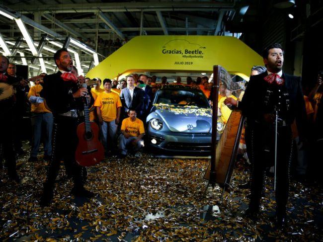 VIDEO: Z montážnej linky mexického závodu Volkswagen zišiel posledný model Beetle