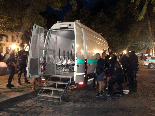 Polícia po stredajšej bitke futbalových fanúšikov obvinila 56 osôb