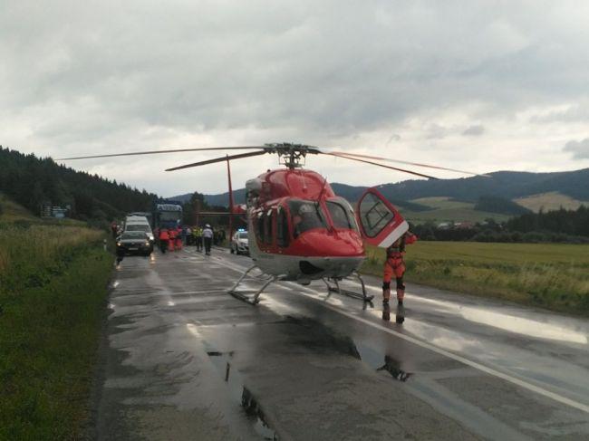 Vážna dopravná nehoda dvoch dodávok, zasahoval vrtuľník