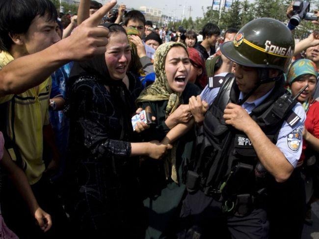 Čína sa bráni kritike dodržiavania ľudských práv zo strany Slovenska a Británie