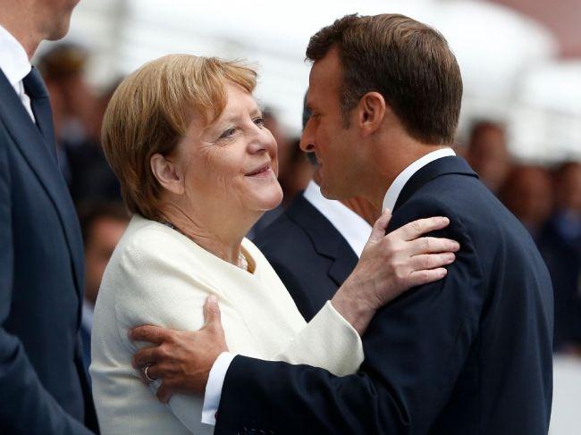 Prehliadke najmodernejšej vojenskej techniky sa v Paríži prizerala aj Merkelová