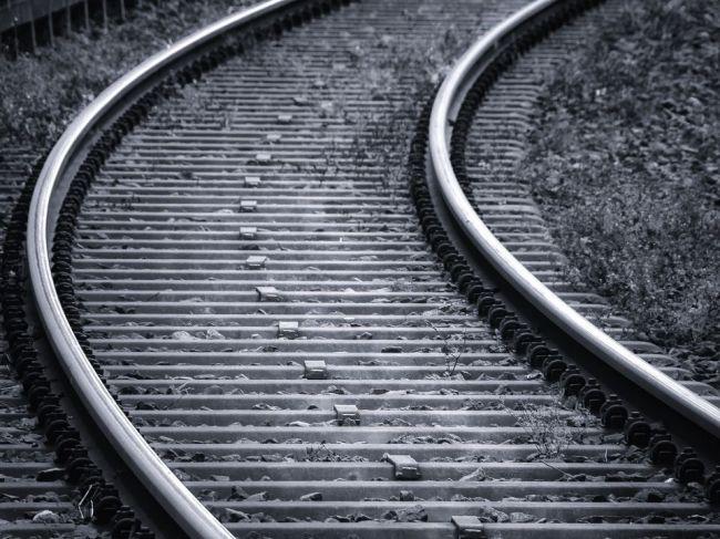 Tragédia na železničnom priecestí: Vlak narazil do auta, zahynula celá rodina