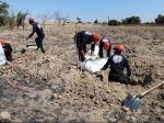 Z masového hrobu pri Rakke vyniesli už vyše 300 tiel
