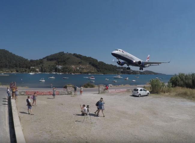 Video: Turisti si chceli natočiť lietadlo, takýto extrém však nečakali