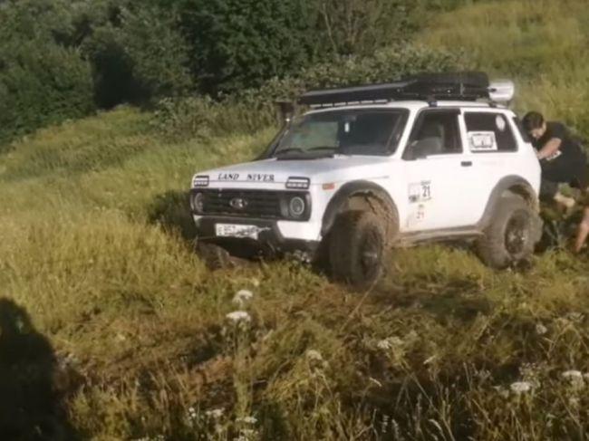 Video: Záchrana uviaznutého auta sa rýchlo zmenila na horor