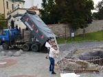 Nespokojní farmári vysypali hnoj pred budovou parlamentu, prípad rieši polícia