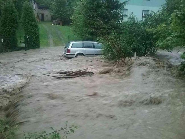 FOTO: Hasiči zasahujú pre lokálne búrky najmä v Žilinskom kraji