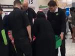 Video: Ženy sa prezliekli za moslimky z otrasného dôvodu. Ochranka neverila vlastným očiam