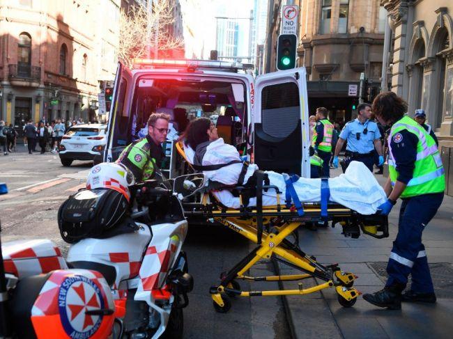 Muž útočil v centre Sydney nožom s pokrikom