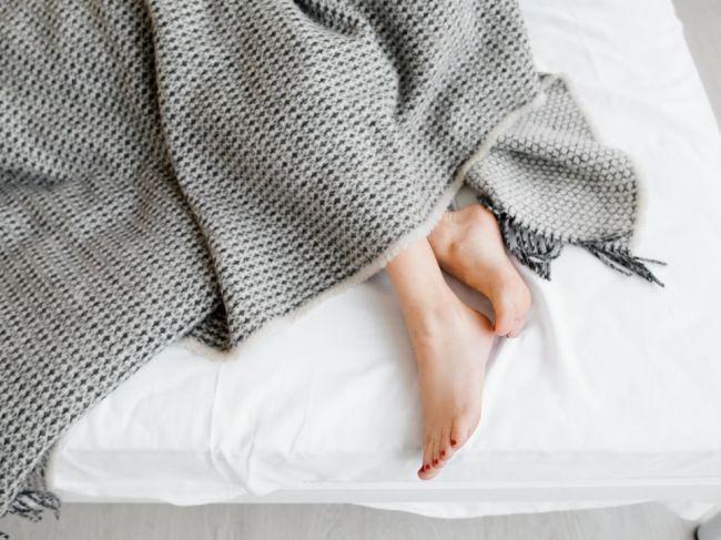 Prečo by ste nemali spávať bez prikrývky, aj keď je vonku horúco?