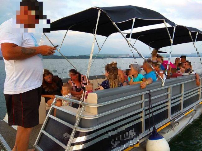 Polícia zasahovala na Liptovskej Mare:Nelegálna výletná loďka mohla potopiť rodiny s deťmi
