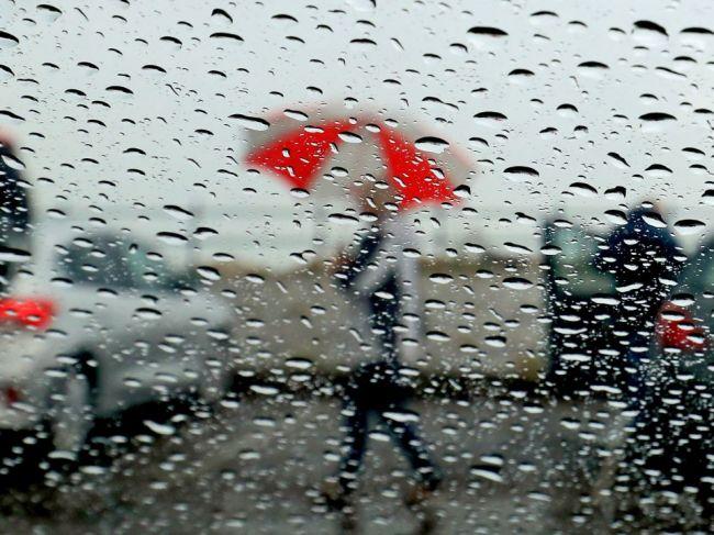 Meteorológovia vydali výstrahy pred búrkami, hrozia aj krúpy