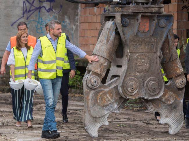 Kalavská a Pellegrini spustili búracie práce na Rázsochách