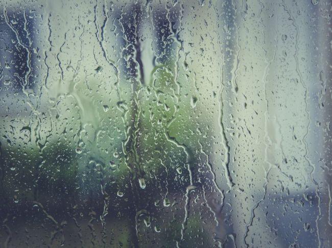 S výdatnejším dažďom a búrkami treba počítať aj v noci a v stredu