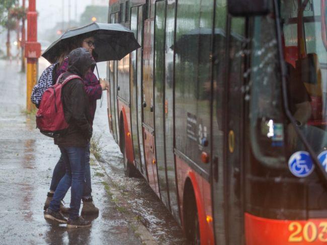 Časť Slovenska zasiahne v stredu dážď, miestami hrozí silný vietor