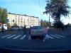 Video: Auto zastavilo na priechode. Reakcia tohto chodca nemá chybu