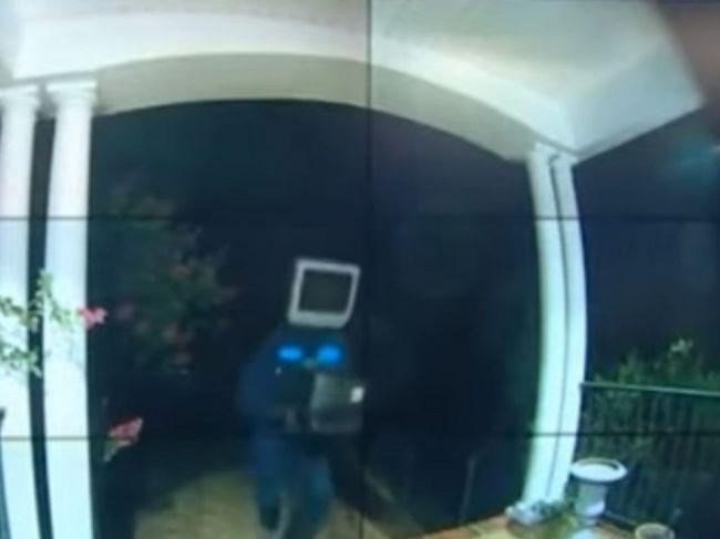 Video: Pred domom sa objavil muž s televízorom namiesto hlavy. Vidieť ho si želá každý