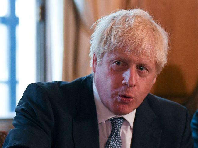 Johnson bude na schôdzkach s Merkelovou a Macronom hroziť brexitom bez dohody