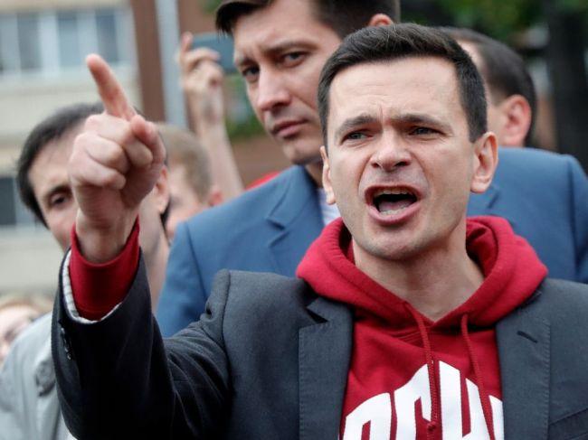 Opozičného politika Jašina zadržali hneď po prepustení z väzenia