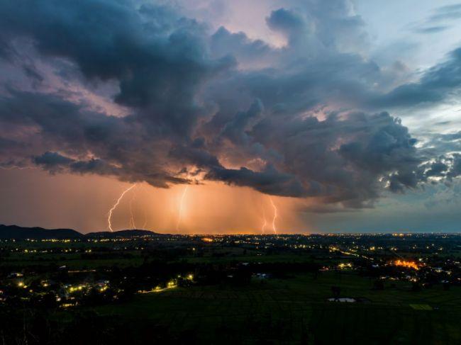 V stredu popoludní hrozia búrky i silný vietor