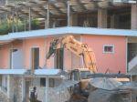 VIDEO: Albánske úrady dali zbúrať reštauráciu po tom, ako jej majiteľ napadol turistov
