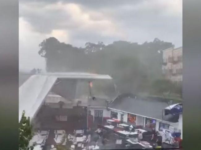 Video: Mohutná búrka vyhadzovala ľudí do vzduchu
