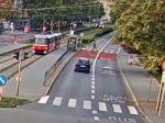 Video: Chlapec na ceste pozeral do mobilu, zrazila ho električka