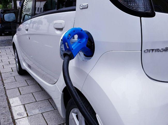 Nemecko chce do roka 2022 dostať na cesty milión elektromobilov