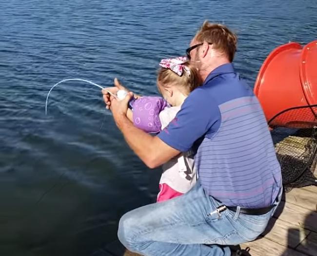 Video: Dievčatko chytalo ryby na hračkársku udicu. Takýto úlovok od nej nikto nečakal