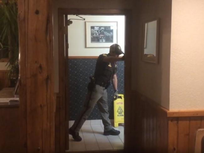 Video: Ľudia nemohli ísť na hotelové toalety, v umývadle bol nečakaný návštevník