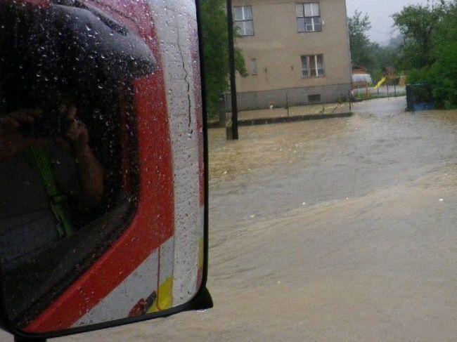 SHMÚ varuje pred dažďom, v týchto okresoch hrozia prívalové povodne