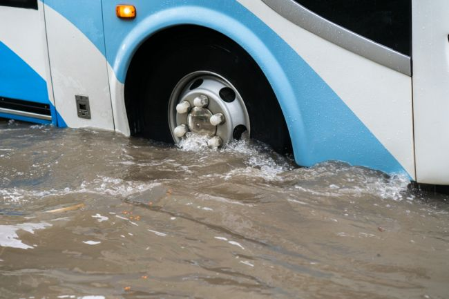 Povodeň prevrátila autobus, o život prišlo najmenej 17 ľudí