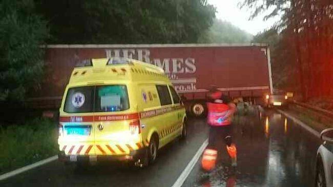 Vážna nehoda kamiónu a osobného auta: Na mieste zasahujú hasiči a záchranka
