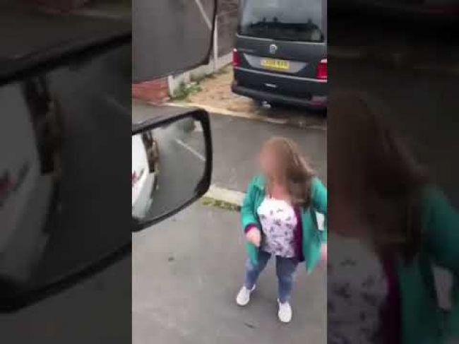 Video: Nahnevaná žena prišla vynadať vodičovi. Zabudla však na ručnú brzdu