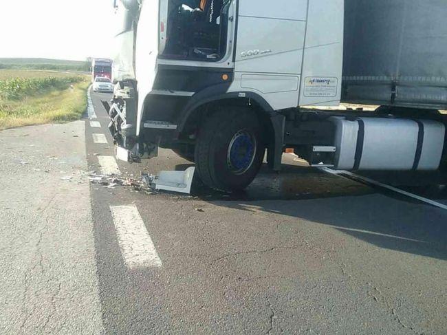 Hasiči zasahujú pri nehode kamióna a motocykla