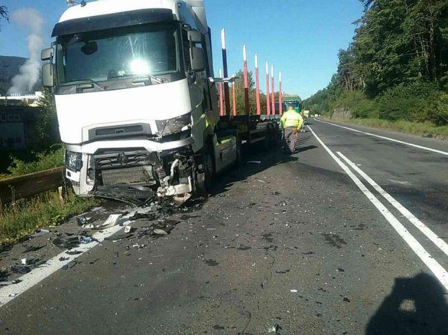Tragédia na cestách: Hasiči zasahujú pri čelnej zrážke kamiónu a auta